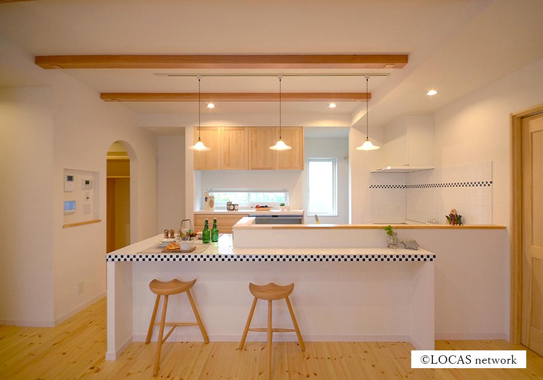 Cafeのようなキッチンのある家