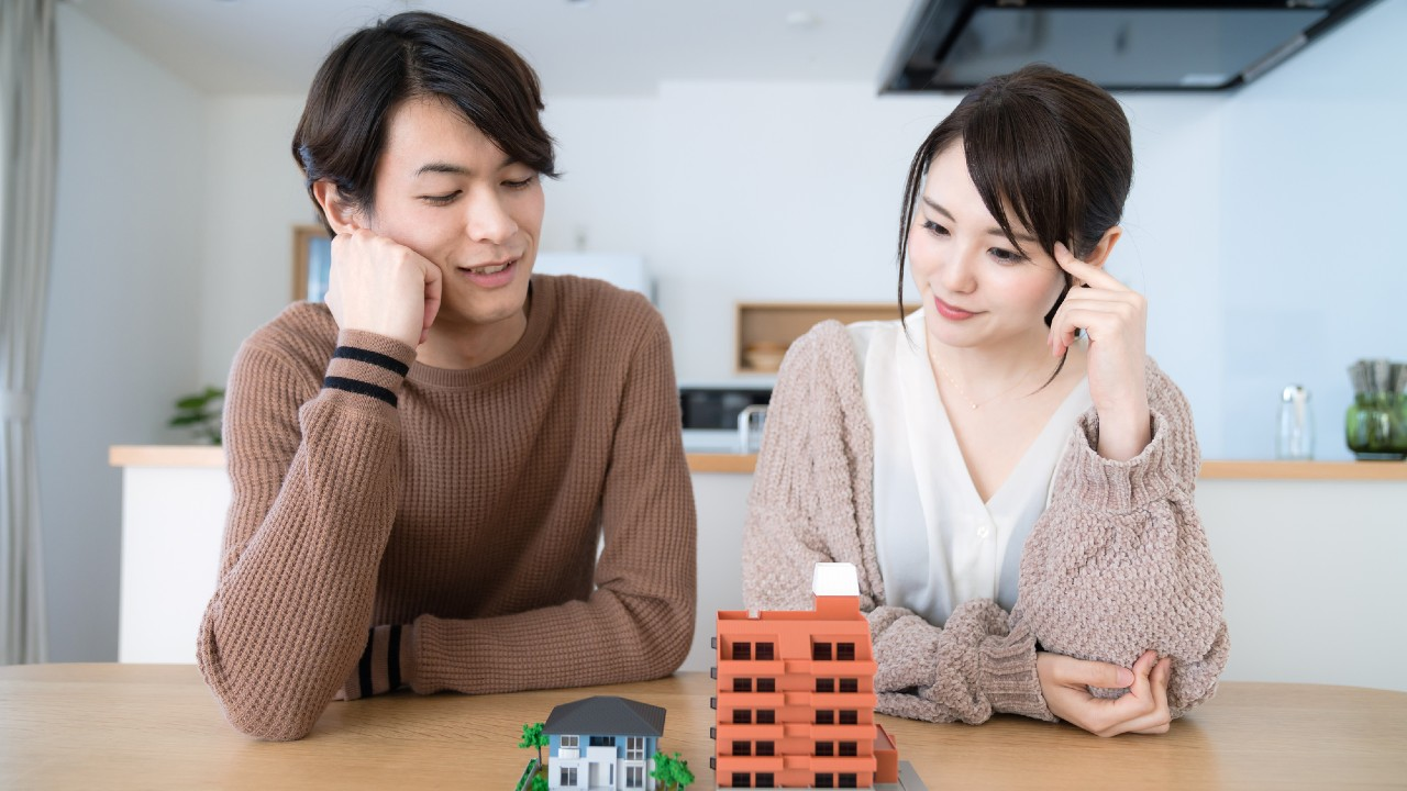 住宅ローンの分割融資ってなに? つなぎ融資との違いは?